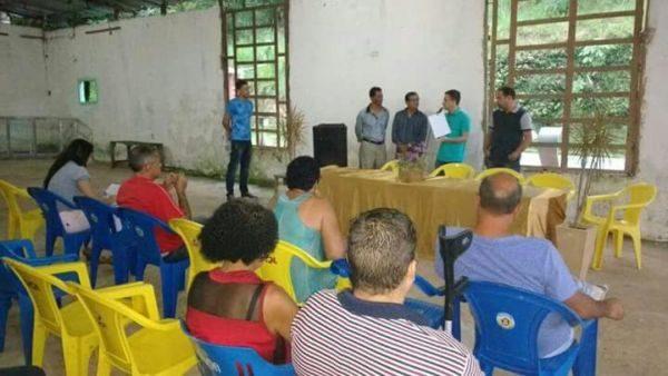 Oficial: Prefeito entrega cópia de contrato a presidente de associação de moradores