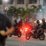 Policiais agem para dispersar manifestantes no Rio (Foto: Divulgação)