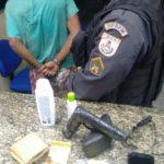 Homem é detido e levado para a delegacia por suspeita de roubo (foto: Cedida pela PM)