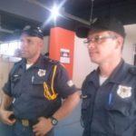 Inspetores da Guarda Municipal de Volta Redonda, Nogueira e Eugênio, prenderam  suspeitos de assalto após perseguição na Vila Santa Cecília (foto: Paulo Moreira)