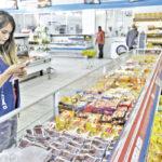 11/02/2014 - Equipe do Procon fiscaliza supermercados de Belford Roxo. Foto Marcelo Horn