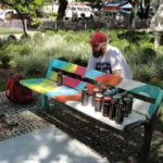 #VRsualinda: Bancos da Praça Sávio Gama ganharam um colorido todo especial (Foto: Júlio Amaral)