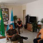 Diálogo: Bruno de Souza conversa com o coronel Fábio dos Anjos Cruz (Foto: PMQ)