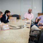 Samuca faz reunião no gabinete  para falar sobre a possibilidade de reabrir o Hospital São José (foto: Gabriel Borges - PMVR)