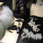 foram apreendidos 50 sacolés de cocaína, um revólver de calibre 38, quatro munições intactas do mesmo calibre, 51 tubos contendo 'cheirinho da loló' (foto: Cedida pela PM)