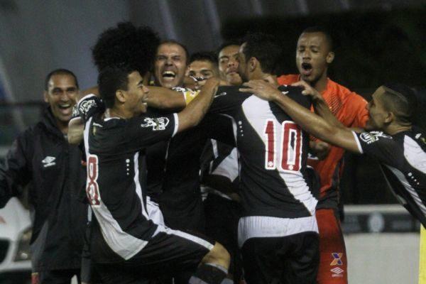 Feliz: Jogadores do Vasco comemoram o gol que garantiu a vitória sobre o Boavista