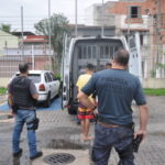 Presos são levados da Risp  para a Delegacia de Volta Redonda (foto: Dicler de Mello e Souza)