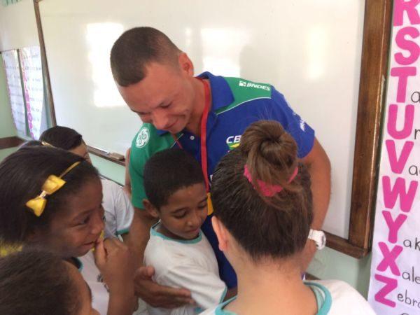 Caio Ribeiro foi intensamente festejado pelos alunos da escola em Piraí