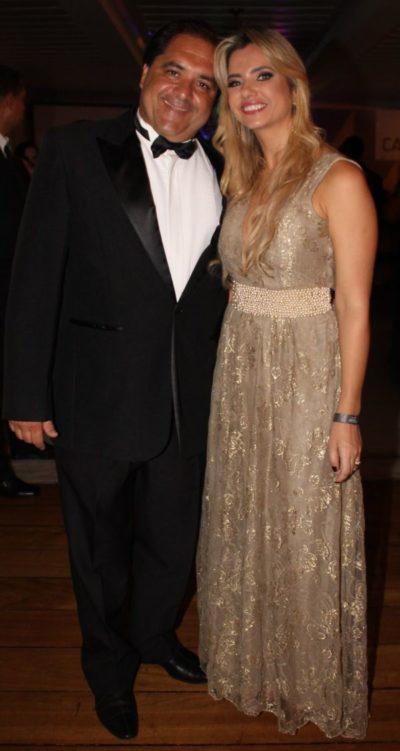 O empresário Rogério Loureiro com sua amada, Christiane Cotrim Loureiro (aniversariante do dia)  extravasando alegria na festa do Prêmio Cata-Vento