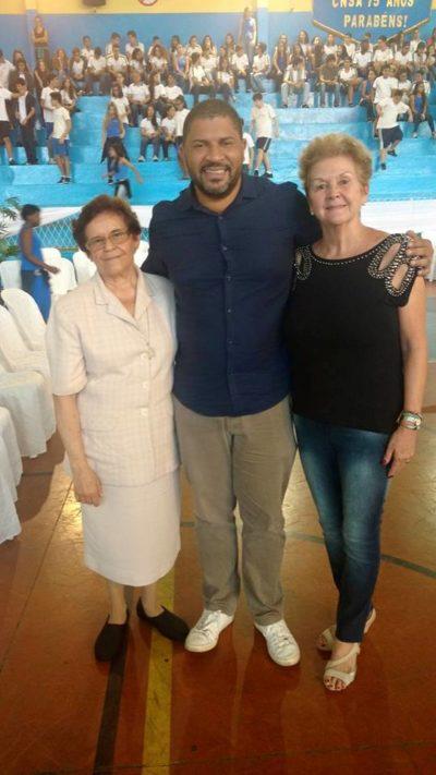 O Presidente da Associação da Orquestra Sinfônica de Barra Mansa, Alexandre Martins com a Diretora do Colégio Nossa Senhora do Amparo, Irmã Maria Nilta Teixeira e a Coordenadora Educacional Martha Meirelles, em comemoração aos 75 anos da instituição