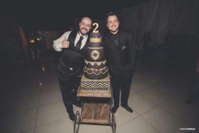 Leonardo Maia e Dalton Maia, diante do bolo comemorativo dos 2 anos da Magic Photos