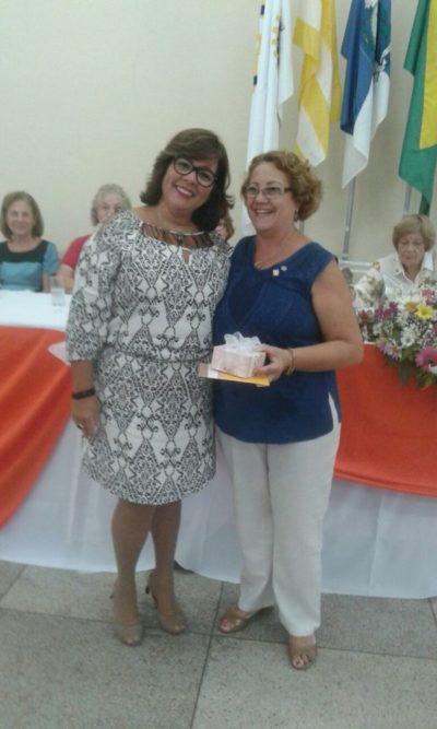 Mônica Soares, antes de passar a presidência da Casa da Amizade de Volta Redonda, recebendo de Maria das Graças Gomes da Costa, uma homenagem em nome de todas as associadas
