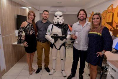 Os empresários Rafael de Carvalho Neto e Whilder Mendonça acompanhados de Luciana Carvalho e Ana Cristina Mendonça com um STORMTROOPER