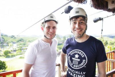 Ralph Hannah, gerente de contas sênior e Carlos Martinez, diretor do Guinness World Records, para América Latina e Caribe, no tirolesa do Aldeia das Águas