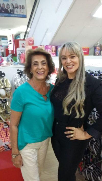 Geisa Rodrigues recebendo a empresária cultural, Solange Jacob Whehaibe