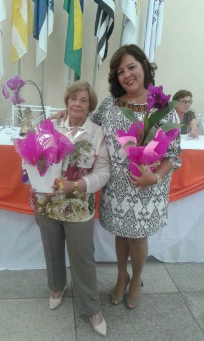 Empossada, a Presidente da Casa da Amizade de Volta Redonda, Maria de Lourdes Oliveira Mazzoni Vieira, com sua Vice-Presidente Mônica Soares