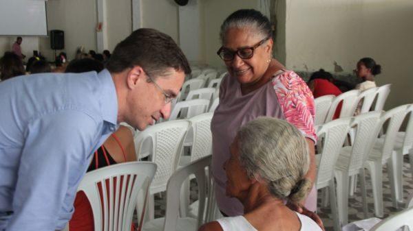 Dando atenção: Ednardo conversa com moradora durante evento da Prefeitura de Pinheiral