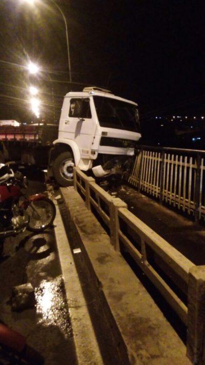 Perto: Caminhão ficou quase dependurado na ponte
