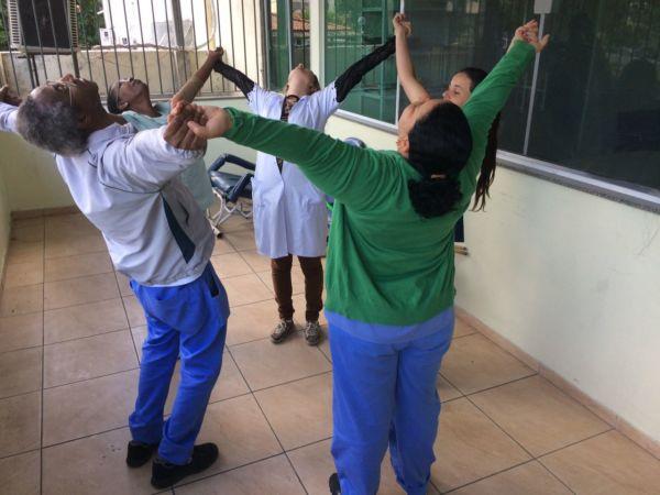Ginástica laboral: Objetivo é proporcionar melhorias físicas e bem-estar aos profissionais de Saúde; equipe do Cais Aterrado recebeu ações (Simone Freitas/Ascom VR)