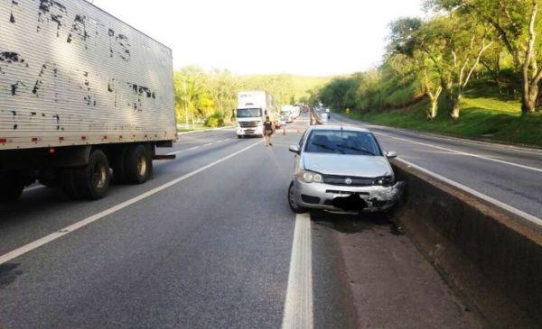 Motorista perdeu a direção do veículo e bateu na mureta central da Dutra (foto: Cedida pela PRF).