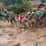 Integrantes do Exército da Colômbia ajudam moradores de Mocoa após avalanche que deixou 112 mortos no município, segundo informou o presidente Juan Manuel Santos (Foto: Exército da Colômbia/EFE)