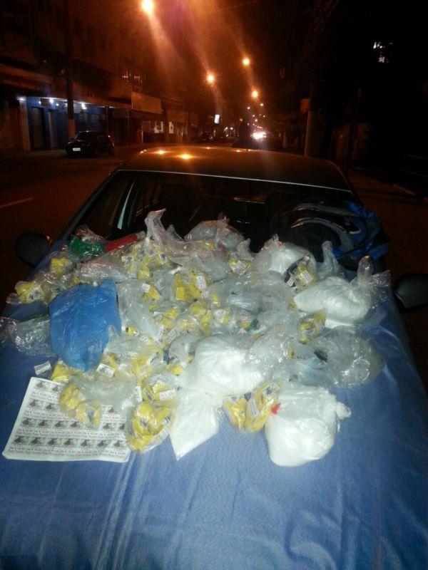 Grande quantidade: Pinos de cocaína e material para endolação estavam em condomínio do 'Minha Casa, Minha Vida' no Santa Cruz (Foto: Cedida pela Polícia Militar)