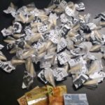 No Frade: Dupla foi flagrada com 70 cápsulas de cocaína e R$ 92, na Rua da Jaqueira, no Morro da Jaqueira (Foto: Cedida pela Polícia Militar)
