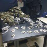 Ação policial: Drogas, roupa de camuflagem e pistola municiada estava em material apreendido pelos PMs (Foto: Cedida pela Polícia Militar)