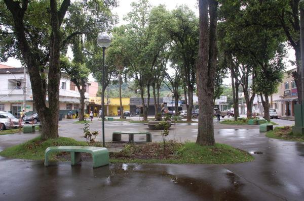 Praça: Cimento substituiu a grama verde (Foto: Arquivo)