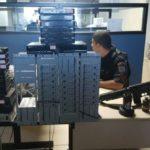 Aparelhos codificadores de sinal e réplica de fuzil, granada e rádio comunicador foram apreendidos em investida policial no Belém (Foto: Cedida pela Polícia Militar)