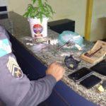 Foram apreendidos uma muda de maconha,  10 pinos de cocaína, material para endolar drogas e 225 pinos, com resquícios de cocaína (foto: Cedida pela PM)