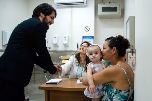 Presença: Samuca conversa com médica e paciente no Hospital do Retiro (Foto: Gabriel Borges - PMVR)