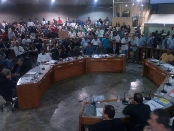 Em sessão tumultuada, vereadores rejeitam as contas de Neto de 2011 (foto: Paulo Moreira)
