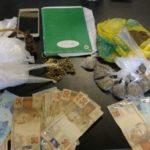 PMs apreenderam drogas, caderno de anotação, dinheiro, entre outros objetos em casas na Ilha Grande (foto: Cedida pela PM)
