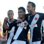Festejando: Yago Pikachu comemora o gol marcado por ele ao lado do atacante Nenê (Foto: Paulo Fernandes/Vasco.com.br)