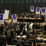 Deputados de partidos de oposição ao governo tentam adiar a votação em plenário do projeto de lei (6787/16), que trata da reforma trabalhista (Foto: Antonio Cruz/Agência Brasil)