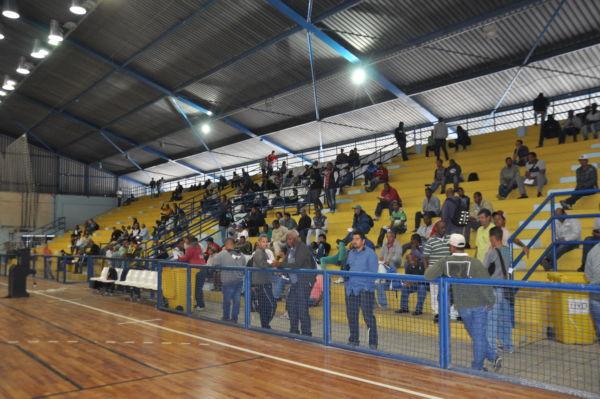 Em busca de emprego: Pessoas lotam Ginásio da Ilha São João (Foto: Roberta Caulo)