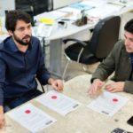 Na mesa: Samuca e Dinho observam resultados de consulta feita no site da prefeitura