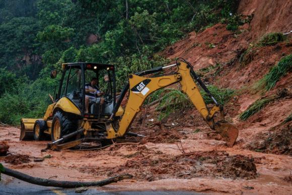 Máquina da prefeitura desbloqueia via após fortes chuvas que atingem a capital alagoana (Foto: Pei Fon/Secom Maceió)