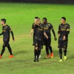 Artilheiro: David Batista (ao centro) marcou um bonito gol, o terceiro do Volta Redonda na partida (Foto: Paulo Dimas)