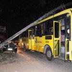 Ônibus da Viação Pinheiral foi atingido no momento em que passava pela Rua Érica Berbert, a principal do bairro (Foto: Paulo Dimas)