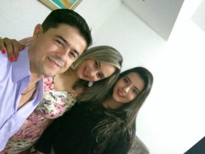 A debutante Nicole Fernandes, com seus pais, Ualisson Fernandes e Sirlene Fernandes