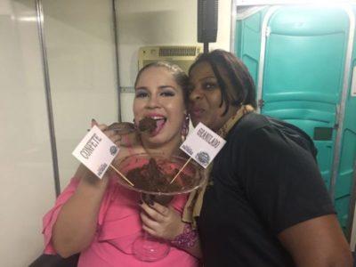 A cantora sertaneja Marília Mendonça, com a rainha dos brigadeiros e crepes, Débora Gomes, leia-se Dona Docinho