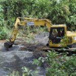 Limpeza profunda: Trabalho de desobstrução deve ocorrer em toda a extensão do córrego nos próximos três meses (Foto: Divulgação/Ascom PMP)