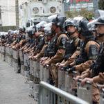PM em frente ao prédio da justiça militar de curutiba.  (Lula Marques/AGPT)