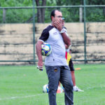 Posições: Surian ainda aguarda para saber quem escala no gol neste domingo