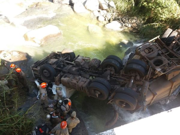 Cabine da carreta ficou parcialmente submersa e o Corpo de Bombeiros foi chamado para fazer o resgate do corpo do motorista (Foto: Cedida pela PRF)