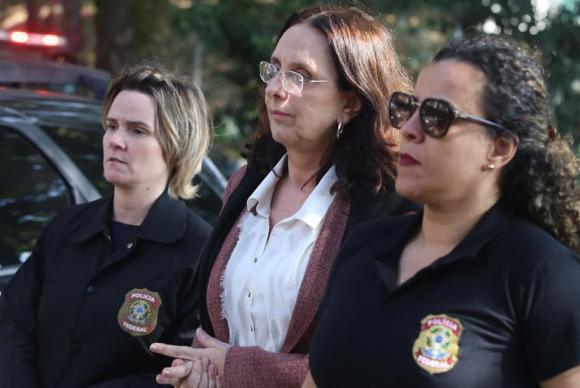 Andrea Neves, irmã do senador afastado Aécio Neves, é levada pela Polícia Federal para fazer exames no Instituto Médico Legal, após ser presa (Paulo Fonseca/ EFE)