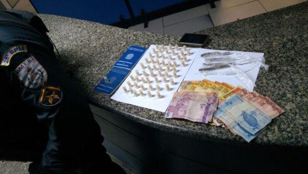 Drogas foram apreendidas com dois suspeitos que foram presos no bairro Coqueiros (foto: Cedida pela PM)