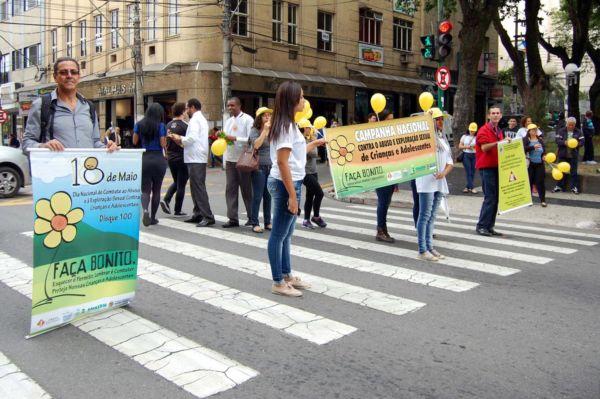 Recado: Grupo em Barra Mansa levou faixas e cartazes lembrando a importância das denúncias (Foto: Chico de Assis/Ascom PMBM)